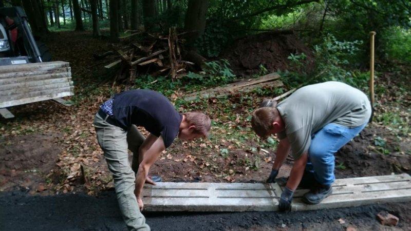 15 kleine Spaltböden werden verlegt